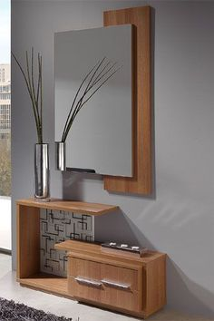 Este fantástico mueble de entrada está compuesto por un espejo y un mueble de estilo moderno con repisa y dos cajones. Se encuentra disponible en color walnut, en hueso/walnut y en color ceniza.