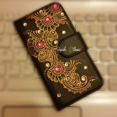 Phone Case for iPhone only (plus pnp). Hand-decorated phone case with golden colour and silver and fuchsia crystals. An ideal eyecatching gift idea. Personal message or name can be added. Diy Mobile Cover, Mobile Covers, Diy Decorate Phone Case, Attractive Wallpapers, Bling Phone Cases, Iphone Cases, Henna Candles, Ethno Style, Dot Art Painting
