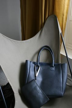 1518e84e4fd0a Petit Cabas Braquage Bonnie and Bag cuir perforé Bleu Profond   Pochette  Revolver cuir lisse noir   Bonnie and Bag Braquage small perforated leather  tote ...