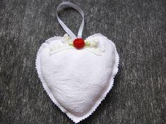 coeur shabby, linge ancien, agrémenté d'une petite rose et de dentelle : Accessoires de maison par alsace-gourmets