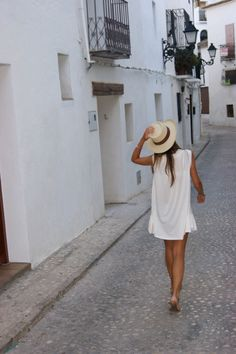 love the casual summer look! Style Outfits, Summer Outfits, Ibiza Outfits, Europe Outfits, White Outfits, Summer Clothes, Look Fashion, Fashion Beauty, Street Fashion