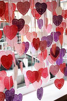 http://www.kreativne-potreby.sk/valentinsky-vyklad-alebo-dekoracie-na-februar Papierové rozetky, farba na hodváb, lamelovanie