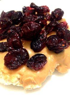 Bolacha de Arroz Integral, pasta de amendoim integral e cranberry em passas.
