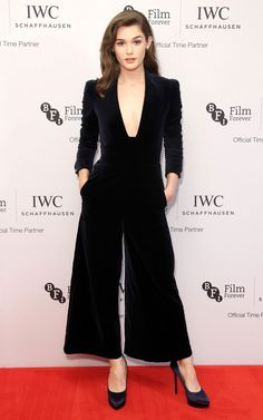 4 October Sai Bennett wore an elegant velvet jumpsuit with platform shoes and Messika jewellery. I Love Fashion, Star Fashion, Womens Fashion, Velvet Jumpsuit, 3 October, Celebs, Celebrities, Emily Blunt, Amy Adams