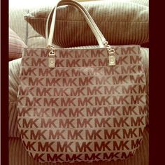 ⚜MK gold signature purse ⚜ MK gold signature purse used condition some sign of wear but still beautiful for a everyday's bag ✅TV 220 Michael Kors Bags Shoulder Bags