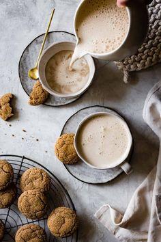 Recipe for this Healthy Vegan Creamy Cashew Gingersnap Lattes. Mini Desserts, Dessert Recipes, Drink Recipes, Bojon Gourmet, Chocolate Caliente, Coffee Drinks, Hot Coffee, Iced Coffee, Drinking Coffee