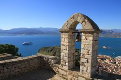 Mit Ende des Sommerflugplanes fallen viele griechische Inseln in den Winterschlaf. Eine gute Gelegenheit, die Schönheit der Inseln zu genießen – am besten mit einem Kreuzfahrtschiff wie der nagelneuen MS Europa 2 (im Bild gesehen von der mächtigen venezianischen Festung über Nauplia). Hier geht's zum Reisebericht: http://www.nachrichten.at/reisen/Ein-Schiff-wird-kommen;art119,1233930 (Bild: Duschek)
