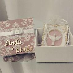 Belíssima caixa para convite de padrinhos!  Mimos de caixa. Um mimo de presente. #caixaespiritosanto #caixadecorada  #caixabatizado #caixatecido #lembrancinha  #batizado #convitepadrinhos