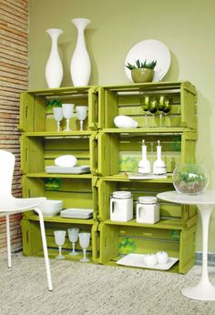 Caixotes de madeira podem ser reaproveitados e transformados em estantes e prateleiras. Pinte, customize, deixe do seu jeito!