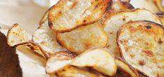 Pommes de terre grillées «sel et vinaigre» Recettes   Ricardo Hamburgers, Salt And Vinegar Potatoes, Ricardo Recipe, Potato Chips, Barbecue, Side Dishes, Snack Recipes, Yummy Food, Bread
