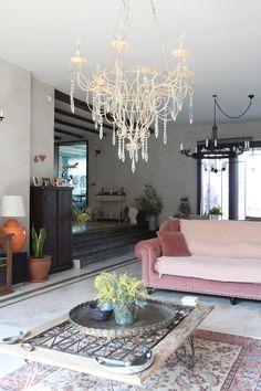 Стиль прованс в интерьере квартиры и загородного дома: 80 идей для изысканной простоты вне времени (фото) http://happymodern.ru/stil-provans-v-interere-izyskannaya-prostota-vne-vremeni-43-foto-idej/ Эффектная люстра и прочие предметы интерьера смещают стилистику в сторону богемного шика
