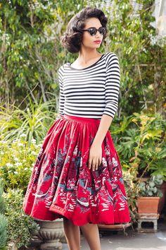 Falda de vuelo con estampado de paisaje y top de rayas, de Pinup Girl Clothing.