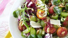 Tämä salaatti saa rapeutensa paahdetuista pinjansiemenistä ja maukkautensa parmankinkusta, tomaateista, rypäleistä ja parmesaanijuustosta. Caprese Salad, Cobb Salad, My Cookbook, Easy Meals, Eat, Desserts, Recipes, Food, Drink