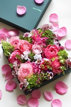 box of flowers Box Of Flowers, Flower Boxes, My Flower, Fresh Flowers, Flower Art, Beautiful Flowers, Wedding Flowers, Pretty Roses, Beautiful Gorgeous