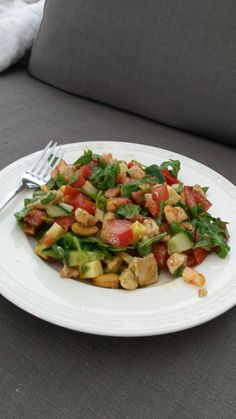 Salade alla Emma! Kip, cashewnoten, tomaten, komkommer, Rucola, brie en dressing van yoghurt slasaus met pesto!