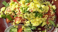 Ein kulinarischer Gruß aus Nordafrika mit körnigem Biss: Hirsesalat mit Gurke, Minze und Tomaten | http://eatsmarter.de/rezepte/hirsesalat