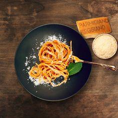 Try Chef Michele Casadei Massari's classic Italian recipe starring a true Italian masterpiece: Parmigiano Reggiano. Pasta Sauce Recipes, Spaghetti Recipes, Pasta Sauces, Italian Dishes, Italian Recipes, Italian Pasta, Parmigiano Reggiano, Pasta Amatriciana, Special Recipes
