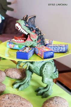 Birthday party on the theme of dinosaurs for 4 years of Gabchousaure Birthday Cards For Boys, 1st Birthday Parties, 4th Birthday, Ideas Para Fiestas, Dinosaur Birthday, 4 Kids, Birthday Candles, Dinosaur Stuffed Animal, Birthdays