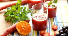 Suco detox com abacaxi  Bata no liquidificador:  2 fatias de abacaxi (de em média 1 dedo de espessura) 1 folha de couve orgânica 1 punhado d...