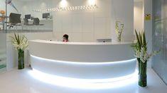 PORCELANOSA Grupo #Projects: el #compactomineral @kriondesign  en la Clínica Lorente, #Zaragoza #proyectos #interiorismo #piedraacrilica Dental Reception, Curved Reception Desk, Reception Desk Design, Reception Counter, Office Reception, Reception Areas, Dental Office Decor, Medical Office Design, Spa Interior