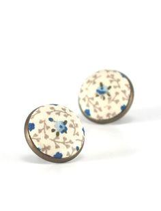 Flower Stud Earrings, Roses For Jane Austen Earrings, Blue Floral Studs, Beige Blue Romantic Regency Fabric Buttons Jewelry, Antique Posts door PatchworkMillJewelry op Etsy https://www.etsy.com/nl/listing/244970209/flower-stud-earrings-roses-for-jane