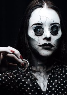 Are you looking for inspiration for your Halloween make-up? Browse around this site for creepy Halloween makeup looks. Creepy Halloween Costumes, Cute Halloween Makeup, Halloween Makeup Looks, Halloween Cosplay, Creepy Doll Costume, Horror Costume, Halloween Inspo, Gothic Halloween, Halloween Halloween