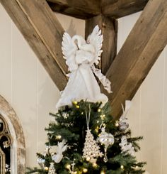 Vakker engel med fjærvinger i hvit og hvit vinterkåpe med krem H30cm