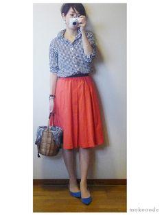 モコーデ: 無印メンズシャツを赤いスカートでガーリーに 6月27日