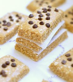 No bake Protein Bars made with only 5 ingredients and 10 minutes. Vegan protein bars + gluten free protein bars. A perfect running food or healthy snack.