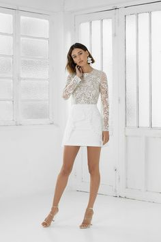 Advantages and Disadvantages of Short Wedding Dresses Short Wedding Dress Have you noticed that short bridal dresses become more and more popular? Today, almost every wedding dress designer has some dresses of short length. Civil Wedding Dresses, White Wedding Dresses, Designer Wedding Dresses, Bridal Dresses, Bridesmaid Dresses, Wedding Robe, Wedding Dress Cake, Party Dress, Rehearsal Dinner Outfits