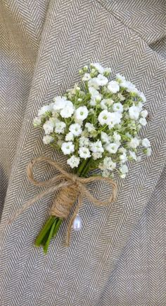 Baby's breath boutonniere tied with twine. You can order them with fresh or preserved flowers. Comes with a pearl lapel pin. Baby's breath boutonniere tied with twine. You can order them with fresh or preserved flowers. Comes with a pearl lapel pin. Babys Breath Boutonniere, Rustic Boutonniere, Boutonnieres, Groomsmen Boutonniere, Babys Breath Boquet, Babies Breath Centerpiece, Babies Breath Wedding, Peach Boutonniere, Boutonniere Pins