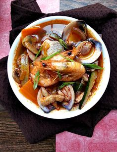 Korean Chinese fusion dishes are the best comfort food. This jjampong is no different, loaded with seafood, vegetables, and noodles all in a spicy broth. Seafood Stew, Seafood Seasoning, Seafood Recipes, Soup Recipes, Cooking Recipes, Korean Dishes, Korean Food, Comida Ramen, K Food