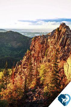 """La ciudad de Krasnoyarsk, Rusia, se distingue por sus comarcas únicas, por sus paisajes de montaña, por los frondosos bosques siberianos y por el famoso parque natural """"Stolby"""". Esta creación de la naturaleza representa exóticas elevaciones rocosas en medio de la taiga, en las estribaciones de los Montes Sayanes Orientales. El territorio de esta reserva natural es de 47 000 hectáreas."""