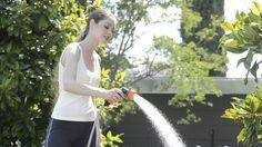 Pistola doccia Elegant. Pistola a doccia dal design all'avanguardia, speciale per i fiori e per tutte le colture delicate, con comoda impugnatura e sistema a pulsante per regolare il getto a pioggia, che consente di regolare e chiudere il flusso d'acqua, con un semplice gesto, senza affaticare la mano e dirigendo il getto con la massima precisione. http://www.claber.it/prodotti/scheda-prodotto.asp?cod=9082