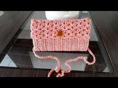 BOLSA EM CROCHÊ PASSO A PASSO/ FEITA EM APENAS DUAS HORAS - YouTube Crochet Handbags, Crochet Purses, Crochet Scarves, Crochet Bags, Crochet Slipper Boots, Crochet Slippers, Crochet Bag Tutorials, Crochet Patterns, Neck Warmer