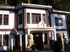#magiaswiat #podróż #zwiedzanie # dardżyling #blog #azja #katedra #indie #pałac #ogrody #zabytki #swiatynia #stupa #kolejka #pociag #mahakala #tigerhill #wschod #słońce #yigachoeling #monastery #miasto #drukthuptensangag # cholingmonastery #himalaje #swiatyniatybetanska #swiatyniajaponska Gazebo, Indie, Outdoor Structures, Blog, Kiosk, Pavilion, Blogging, Cabana