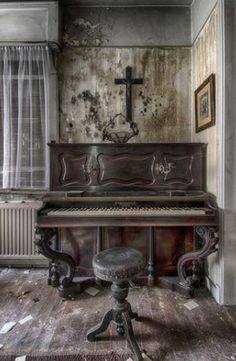 Old Abandoned Buildings, Abandoned Mansions, Abandoned Places, Pianos Peints, Marla Singer, Old Pianos, Beautiful Ruins, Dark Places, Photo Backgrounds