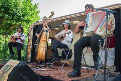 Romano Dandies, une invitation musicale au voyage au travers les rythmes et sonorités des Balkans.;Romano Dandies et leur caravane-scène