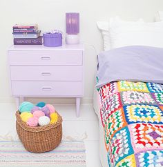 crochet+multicolor+patchwork+afghan+with+lilac+purple+side+table+and+yarn+basket Pretty Crochet Inspiration and Patterns Crochet Home, Crochet Granny, Love Crochet, Vintage Crochet, Lilac Bedroom, Color Lila, Turbulence Deco, Granny Square Blanket, Granny Squares