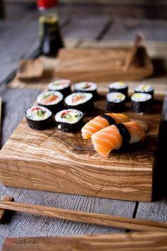 Quelques sushis sur une planche, une présentation traditionnelle réussie !