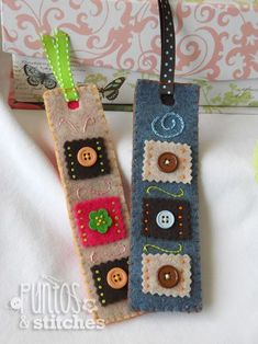 Pretty felt patchy bookmarks with buttons - pic for inspiration Felt Diy, Felt Crafts, Fabric Crafts, Bookmarks Kids, Crochet Bookmarks, Handmade Bookmarks, Ribbon Bookmarks, Felt Bookmark, Book Markers