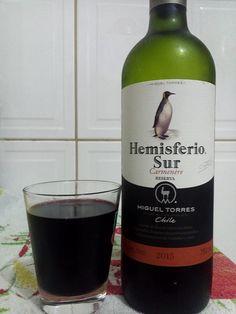 Um vinho que tem mais peso no aroma do que no sabor, mas no sabor mesmo é bem tranquilo de saborear, pra beber no dia a dia sem muito refino ou frescura, algo com sabor simples e que é pra beber e beber e ponto.  #bebida #vinho #ClubeW #tinto #uva #carmenere #Chile #HemisferioSur #seco #rosca #simples #alcool #pinguim #rosca #XinGourmet #wine #grape #alcohol