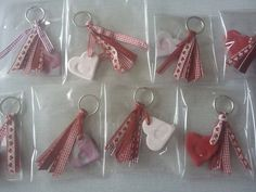 Porte clé fête papa / maman Fathers Day Crafts, Valentine Day Crafts, Mothers Day Cards, Mother Day Gifts, Valentines Bricolage, Classroom Crafts, Mother And Father, Valentine's Day Diy, Holidays And Events