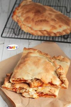 Calzone de Pollo a los tres quesos Quiches, Omelettes, Pizza Snacks, Salty Foods, Yummy Food, Tasty, Galette, I Foods, Italian Recipes