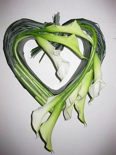 Calla heart DIY - Mourning work all Saints - funeral arrangement or mourning work for on the grave to place around all Saints Day Grave Flowers, Cemetery Flowers, Funeral Flowers, Pictures Of Calla Lilies, Funeral Sprays, Grave Decorations, Casket Sprays, Funeral Flower Arrangements, Funeral Tributes