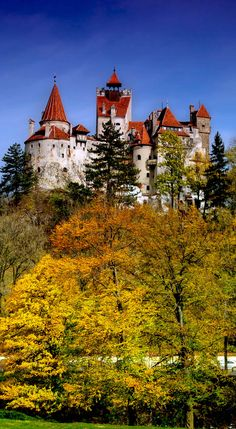 Bran Castle in Romania aka Dracula& Castle in Transylvania Beautiful Castles, Beautiful Places, Places Around The World, Around The Worlds, Dracula Castle, Castle Ruins, Kirchen, Places To See, The Good Place