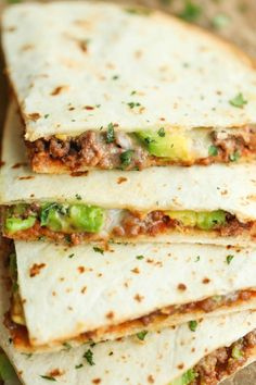 Cheesy Avocado Ground Beef Quesadillas - Easy, no-fuss quesadillas that are perfectly crisp and amazingly cheesy. An absolute must for those busy weeknights! Beef Recipes, Mexican Food Recipes, Cooking Recipes, Healthy Recipes, Fast Recipes, Healthy Quesadilla Recipes, Best Quesadilla Recipe, Easy Healthy Lunch Ideas, Skillet Recipes