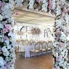 Apaixonada por essa decoração! . . . . #decoracao #casamento #evento #decor #beautiful #casamentos #casar #voucasar #dream #weddingphoto #weddingday #weddings #weddingdress #wedding #noiva #bride #bridal #inspiration #instabride #20likes #sonho #luxo #groom #bridalblogger #blog #amei #sonhocasamento