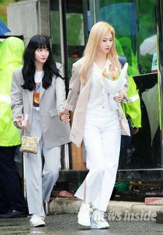 Twice: Momentos Samo Kpop Fashion, Unisex Fashion, Asian Fashion, Fashion Pants, Daily Fashion, Girl Fashion, Fashion Outfits, Kpop Girl Groups, Korean Girl Groups
