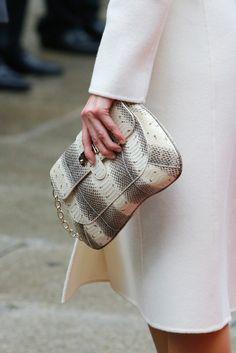 Reina Letizia of Spain. Viaje a Luxemburgo, noviembre 2014. El detalle más original de su look fue el bolso de serpiente que la reina llevó en la mano prescindiendo así de la cadena dorada.